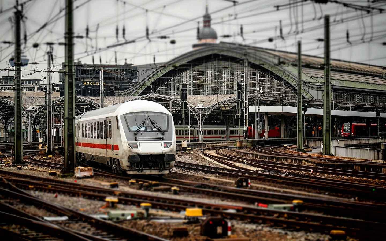 Ansicht Bahnhof Köln mit Zug